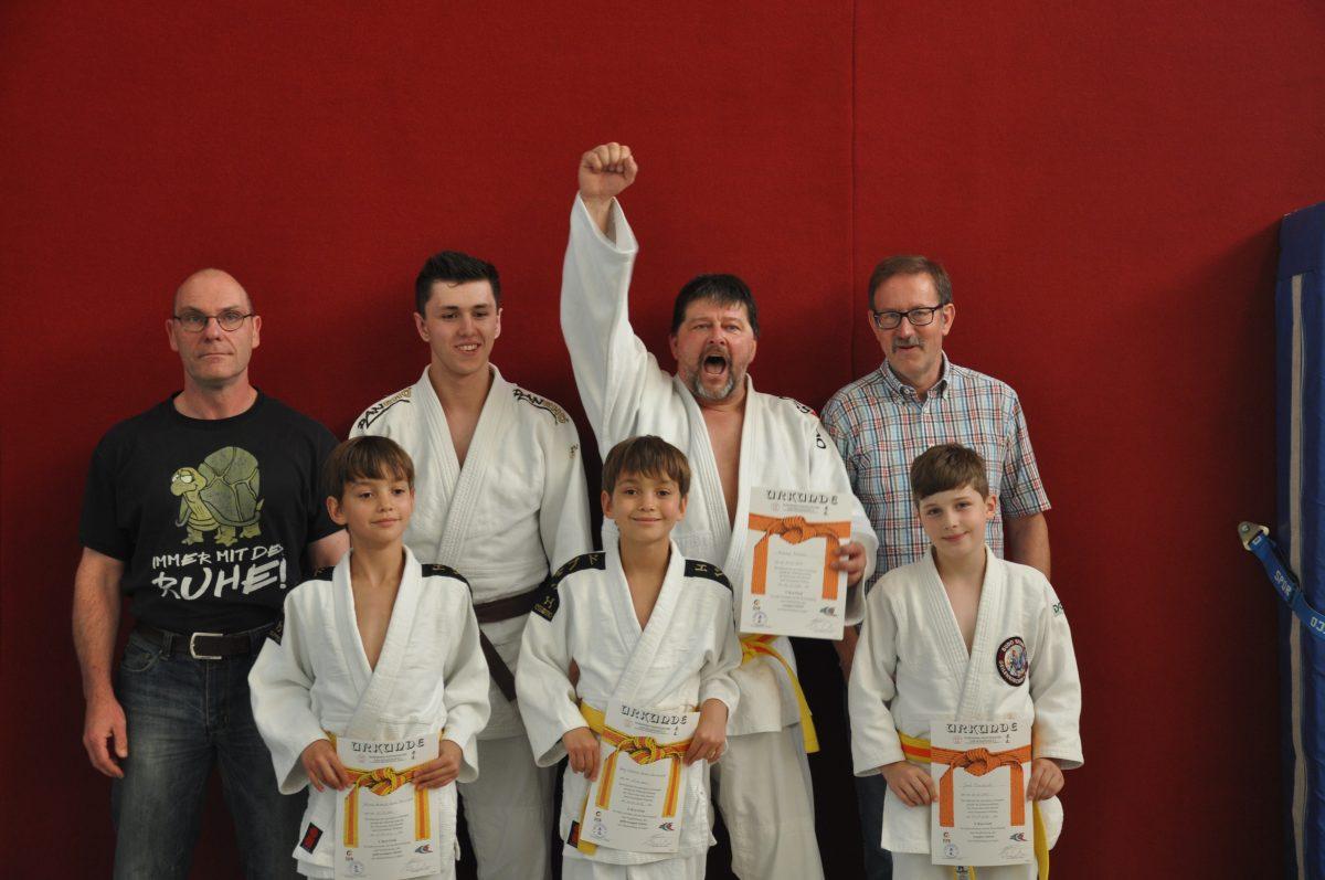 Bunte Farben vor den Ferien – Judoka bestehen Gürtelprüfungen